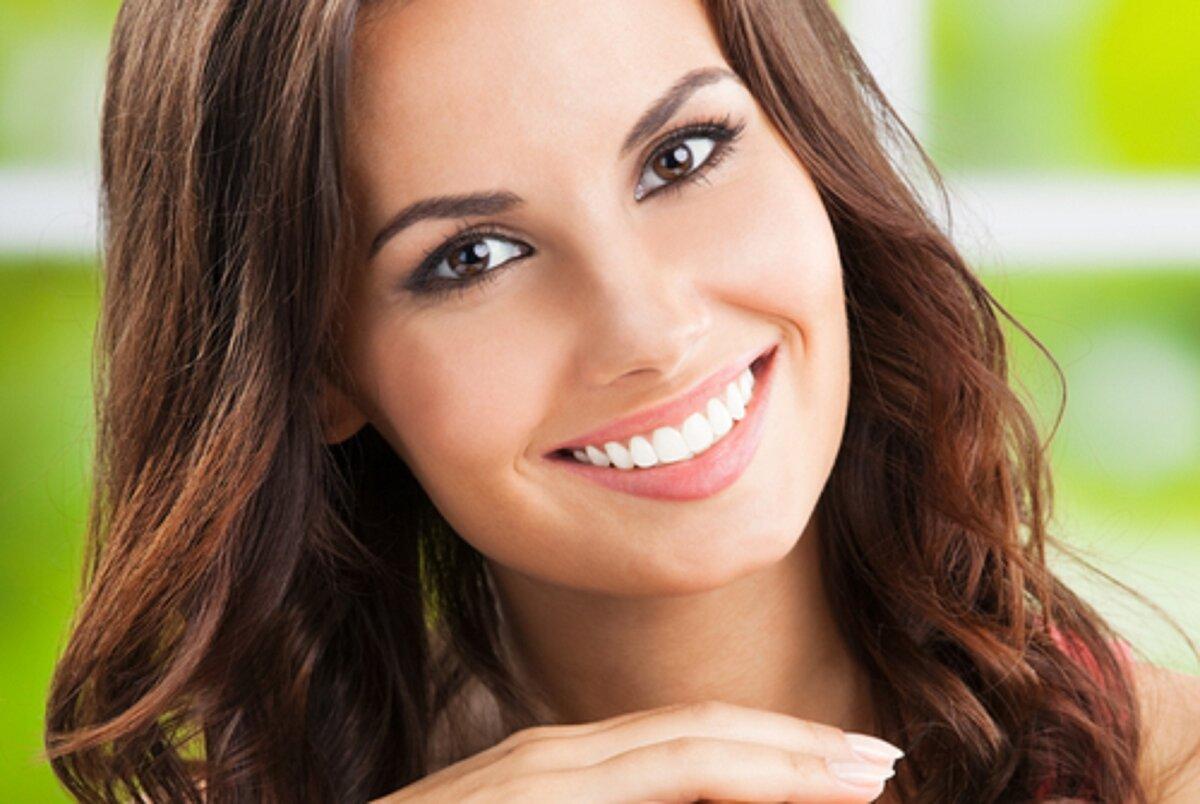 для фотографов симпатичные женские улыбки стоковые фото это